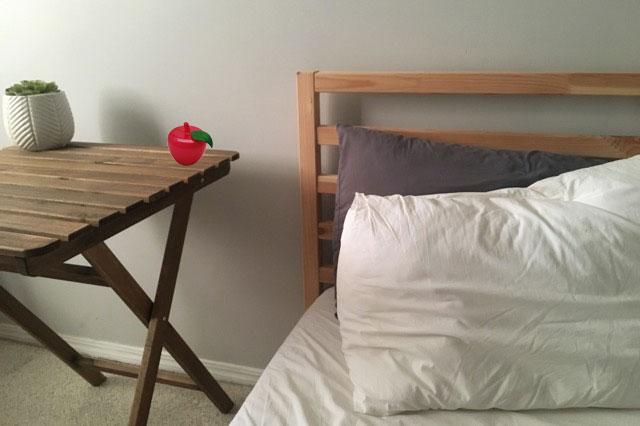 寝室ベッドの横にトルマリンゴ